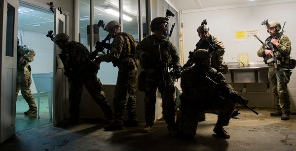 Members of the Chilean navy special operations forces and U.S. Army 7th Special Forces Group clear a building during Emerald Warrior in Apalachicola, Fla., April 28, 2015. (Staff Sgt. Kenneth W. Norman/Air Force)